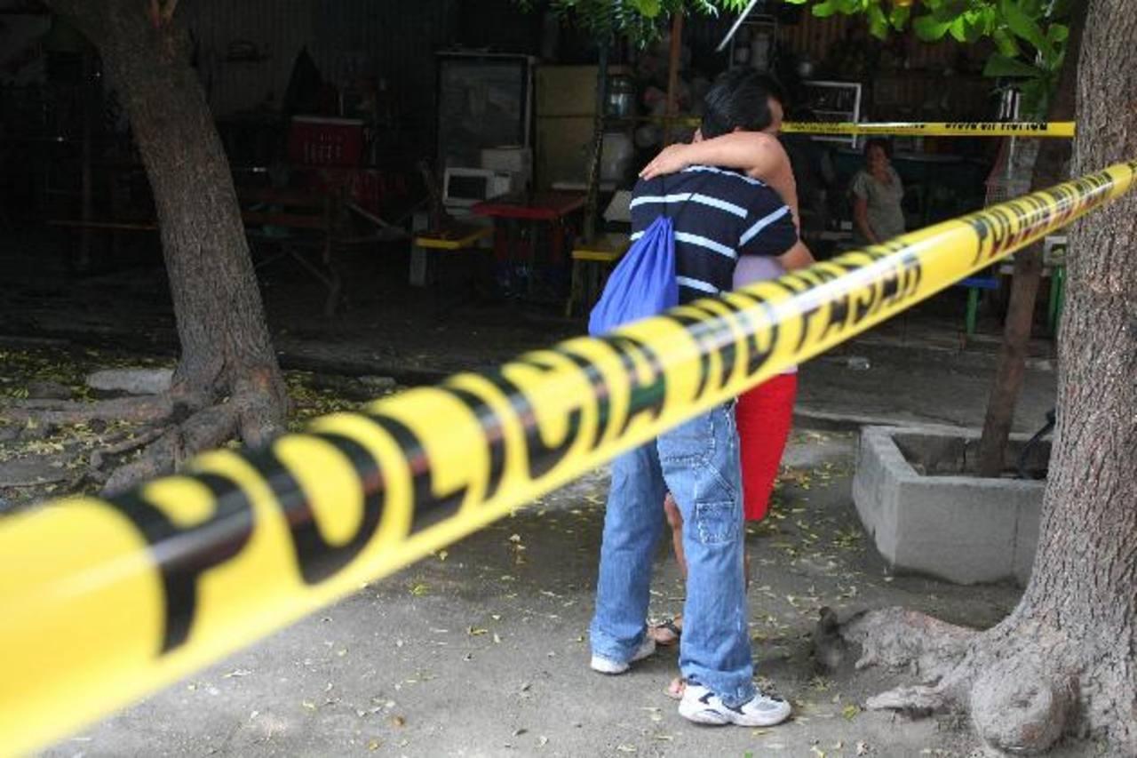 Familiares de Estela del Carmen Cruz Díaz se consuelan al llegar a la escena donde la mujer fue asesinada. Foto EDH/Salomón Vásquez