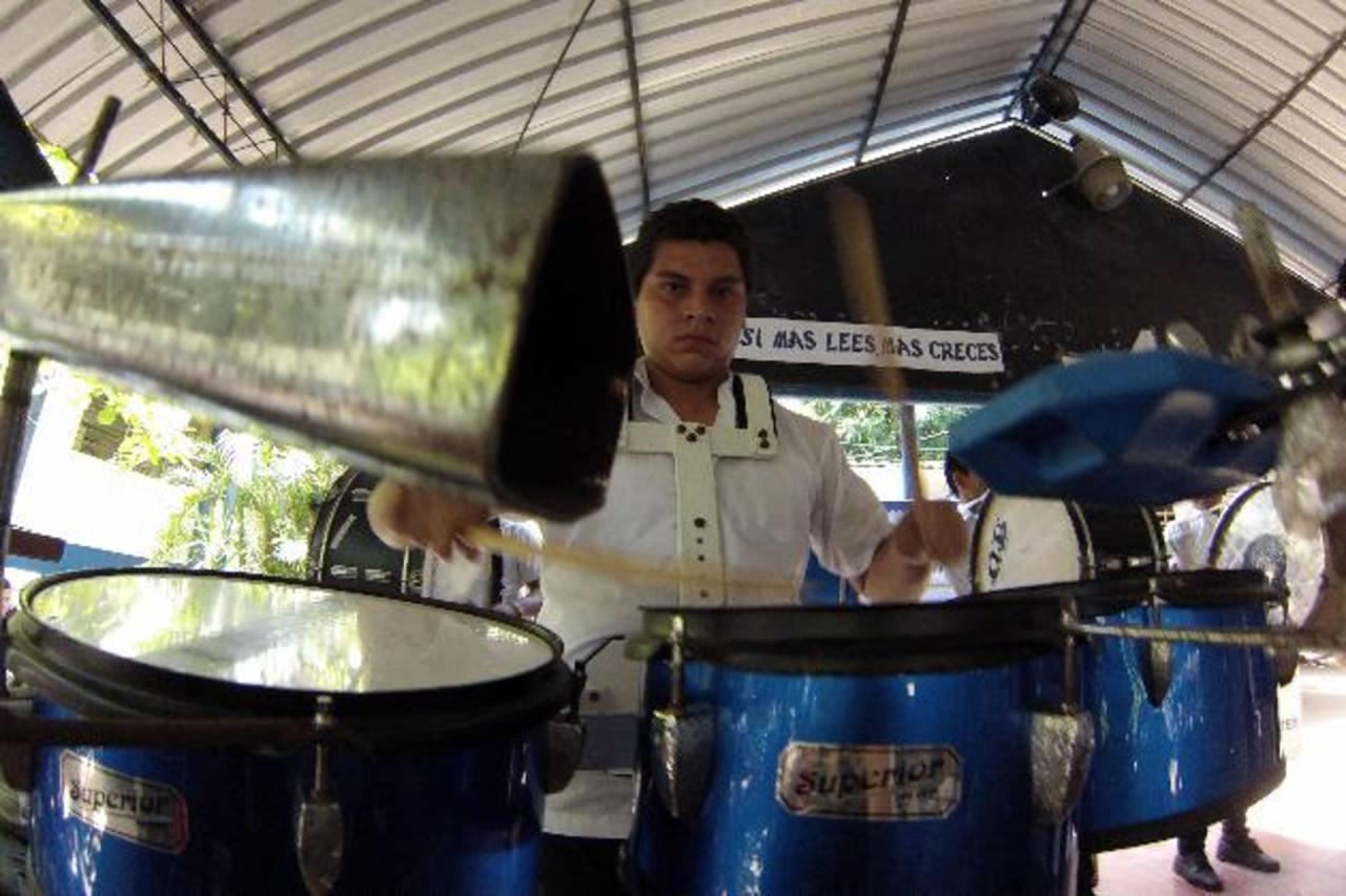 Trajes e instrumentos musicales fueron donados por parte de Cruz Roja. foto edh / cortesía José Benjamín Ruiz Rodas, presidente de Cruz Roja Salvadoreña, estuvo presente en la entrega de la ayuda. foto edh / cortesía
