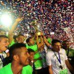 Chavarría con la Copa y la emoción de todo Santa Tecla, un digno campeón . Foto EDH /René Quintanilla