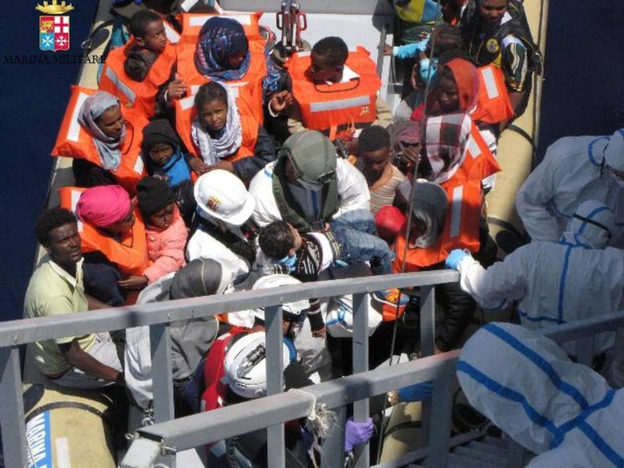 Autoridades italianas rescatan un barco con inmigrantes en el Mediterráneo