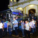 Los fieles de Ciudad Barrios empiezan a abordar los buses que los llevarían a la capital. EDH / René Estrada