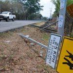 La escuela del cantón El Rebalse se ubica en una zona de mucho paso vehicular y la señal vial fue derribada.