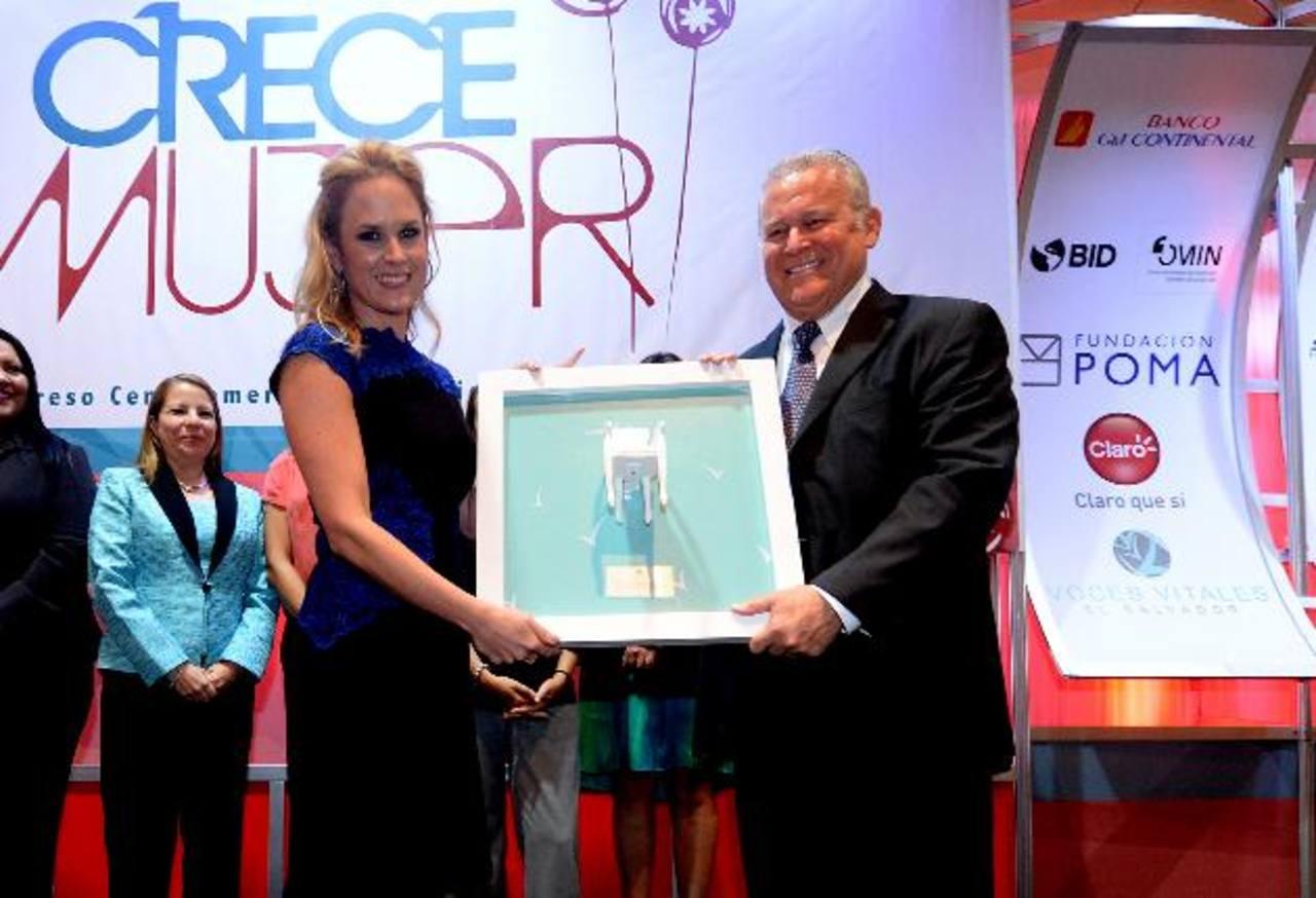 El empresario Murray Meza recibe de junta directiva de Voces Vitales un reconocimiento especial por su labor en favor de la mujer salvadoreña. Foto EDH / Marlon hernández