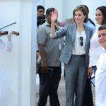 Doña Letizia saludó a los vecinos del lugar a la entrada de la iglesia de Santa Lucía, restaurada con fondos de la Cooperación Española. Foto EDH / Mauricio Cáceres
