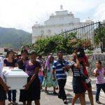 Varias niñas cargaron el ataúd de Fátima Ortiz, de 4 años, hasta el cementerio. Foto EDH /L. Lemus