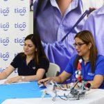 Representantes de Tigo y Aldeas SOS firmaron el nuevo convenio. foto edh / rene estrada