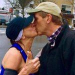 En esta foto del 20 de abril del 2015 cedida por Page Tatge, Barbara Tatge besa a un espectador desconocido en Wellesley, Massachusetts, mientras participaba en el Maratón de Boston.