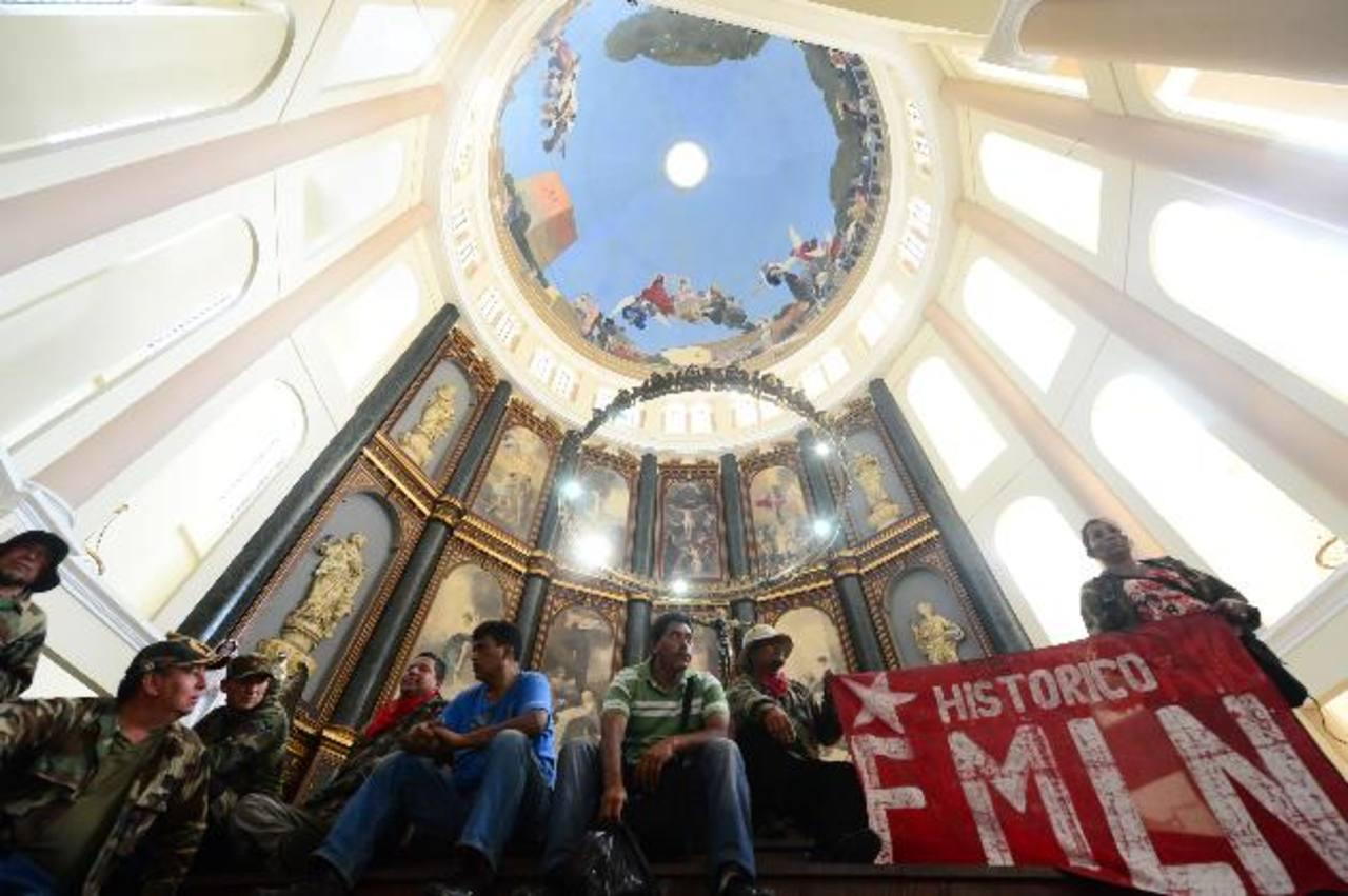 Excombatientes FMLN irrumpen en la misa en Catedral Metropolitana