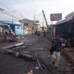 El paso de vehículos por el centro de Mejicanos fue interrumpido por la reparación de los daños en el tendido de telefonía. Foto EDH / Salomón Vásquez