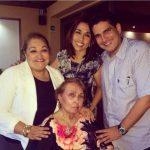 El alcalde tecleño compartió la imagen en la que aparece junto a su madre. /