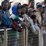 Un grupo de migrantes aguarda a desembarcar del buque Tyr, de la guardia costera de Islandia, en el puerto italiano de Messina, en Sicilia.