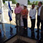 Alejandro Dueñas (izq.) durante su discurso antes de la puesta de la primera piedra de la construcción. Foto EDH/Pedro Mancía
