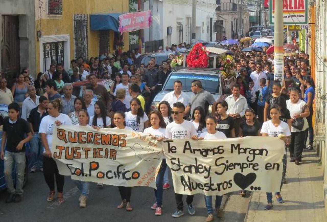 Dan emotivo adiós al joven Morgan Stanley Torrento durante el cortejo fúnebre en Ahuachapán. Foto EDH /Roberto Zambrano