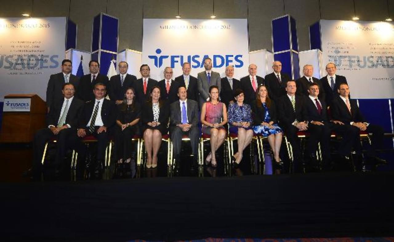 La nueva junta directiva de Fusades será presidida por Miguel Ángel Simán (sentado, al centro). foto EDH / René Estrada.