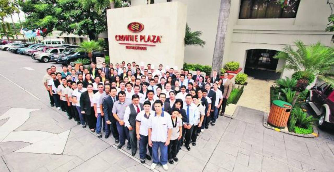 El grupo destacó la entrega y compromiso de los colaboradores de la división hotelera para recibir el premio a la excelencia en hospitalidad. Foto EDH/ Cortesía