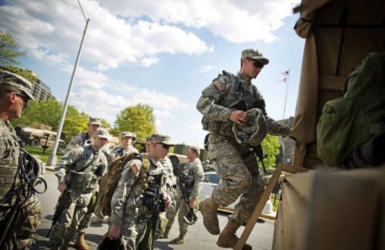 Miembros de la Guardia Nacional de Maryland abordan un transporte para retirarse de la ciudad de Baltimore. Foto EDH/ AP