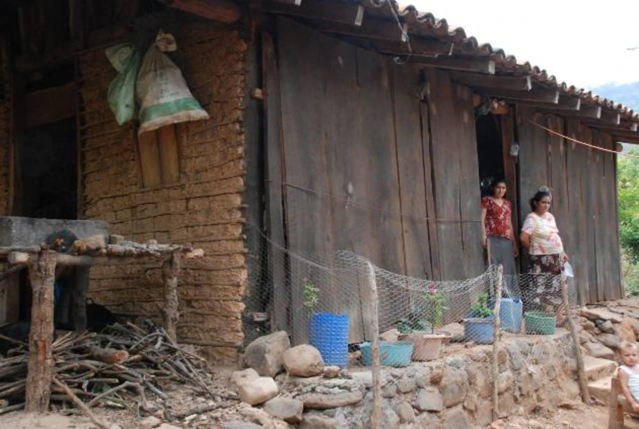 Varias familias aún esperan por que el Gobierno les ayude para construir nuevas casas, porque las que habitan están muy dañadas Fotos EDH/ Insy Mendoza