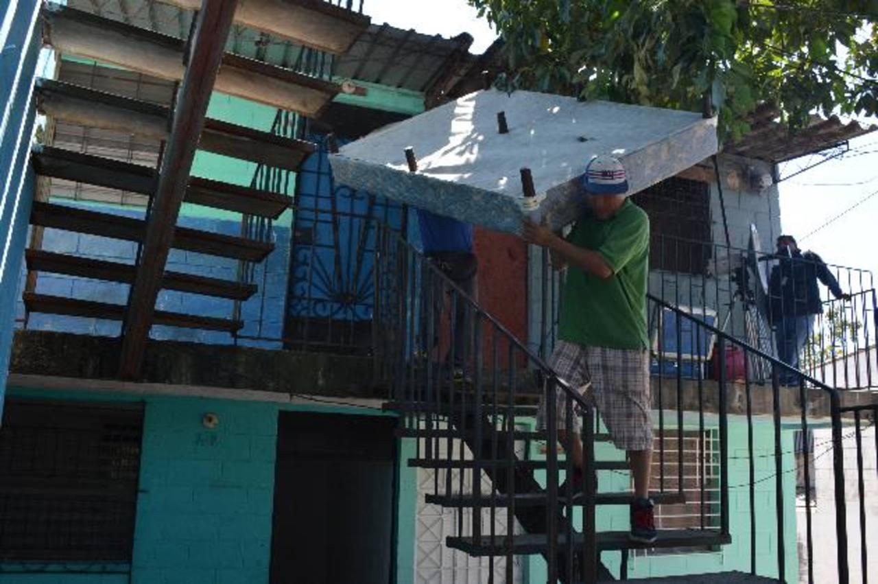 Unos condominios en la colonia Zacamil fueron abandonadas por familias tras ser amenazadas.