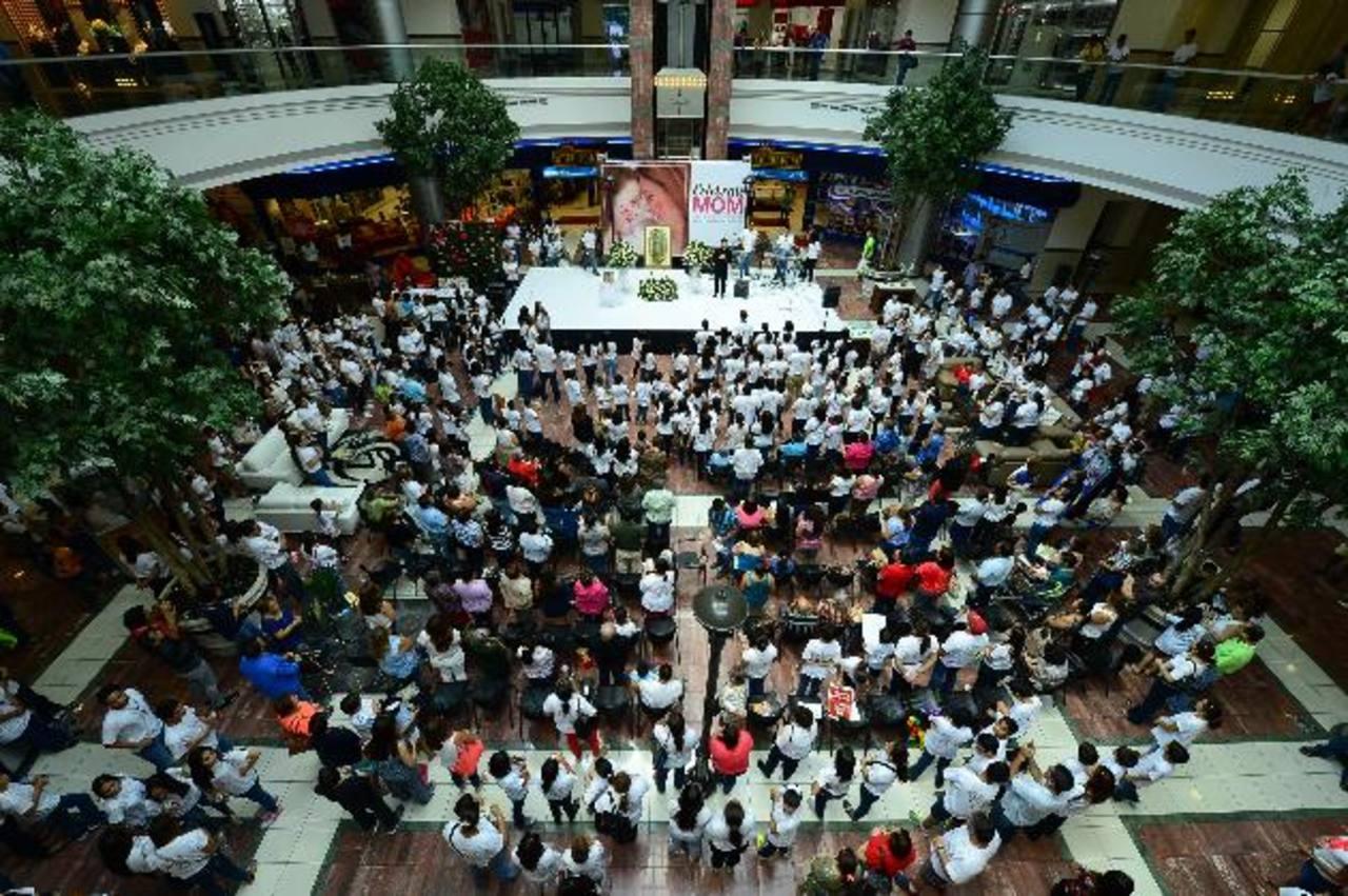El centro comercial La Gran Vía lució abarrotado de católicos que se unieron en oración para pedir por la paz en el país y en el mundo. fotos edh / omar carbonero