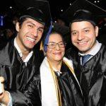 Mujer de 80 años se graduó junto a nietos de universidad en Miami