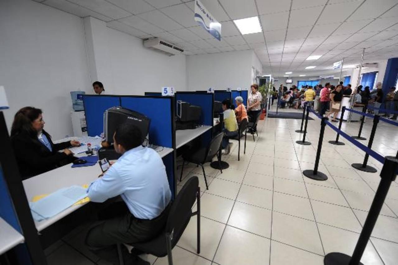 Los contribuyentes se han quejado de que los incluyan como morosos en Hacienda. Foto EDH/