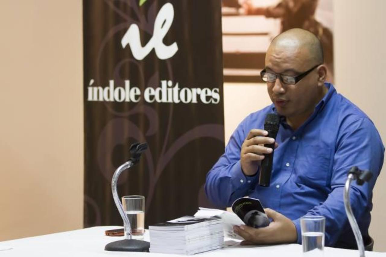 El autor dio lectura a algunos de sus poemas durante la presentación. Foto CORTESÍA / RENÉ FIGUEROA