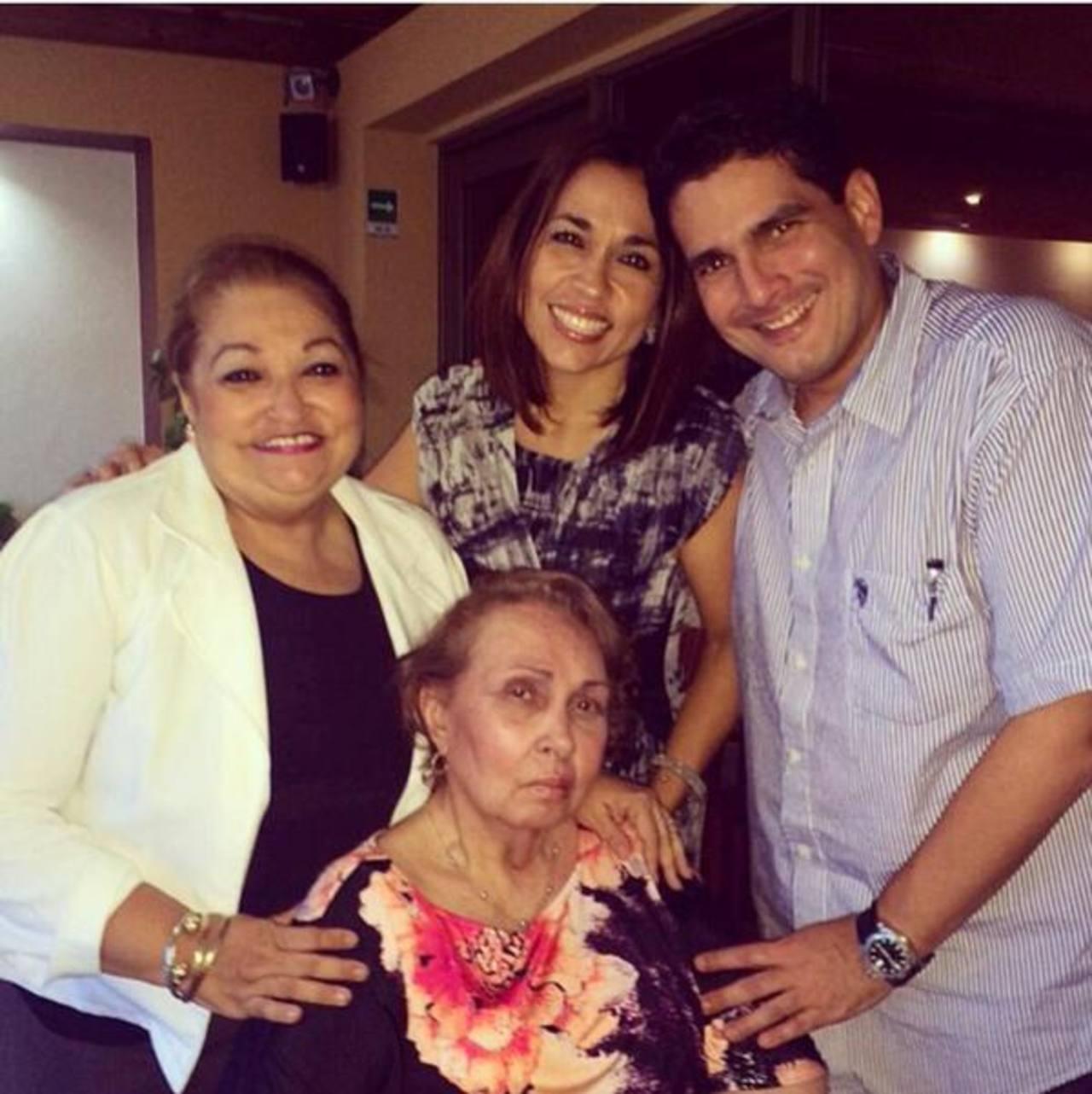 La madre del alcalde de Santa Tecla, Yolanda Munguía, (sentada) murió por causas naturales. Foto EDH /tomada de twitter