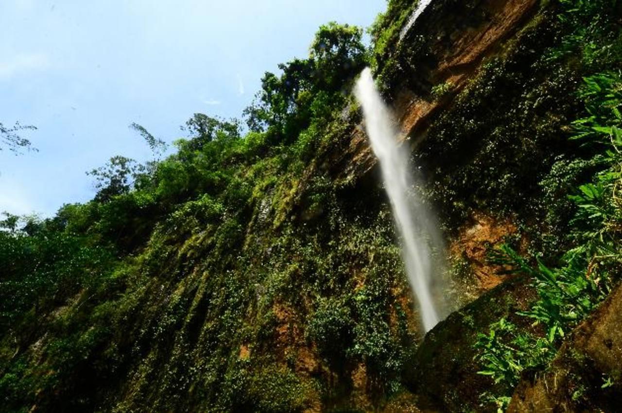 """Para contemplar """"El Chorrón"""", el turista deberá caminar cuesta abajo durante 20 minutos. Fotos EDH / Douglas Urquilla"""