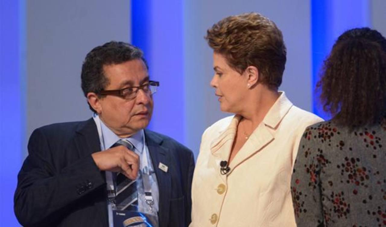 La presidenta de Brasil, Dilma Rousseff, recibe asesoría de Joao Santana, actual encargado del marketing político del Partido de los Trabajadores (PT), durante un debate que realizó la televisora O Globo en Brasil. Foto tomada de Oglobo.com