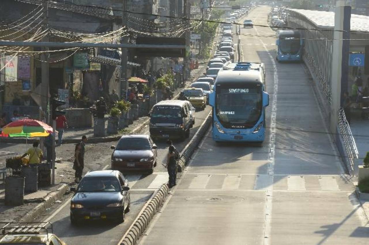 Los buses del Sitramss hacen su recorrido desde los centros comerciales de Soyapango hasta la plaza Salvador del Mundo. Por este trayecto los usuarios pagan $0.33. Foto EDH