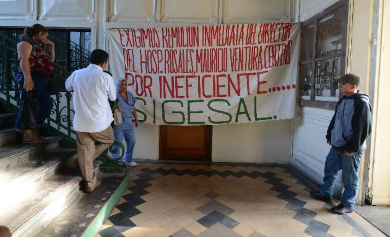 Los médicos y trabajadores del hospital Rosales han denunciado varias veces la falta de insumos y medicamentos, así como el deterioro de infraestructura y equipo médico. Varias veces han pedido destituir al director.