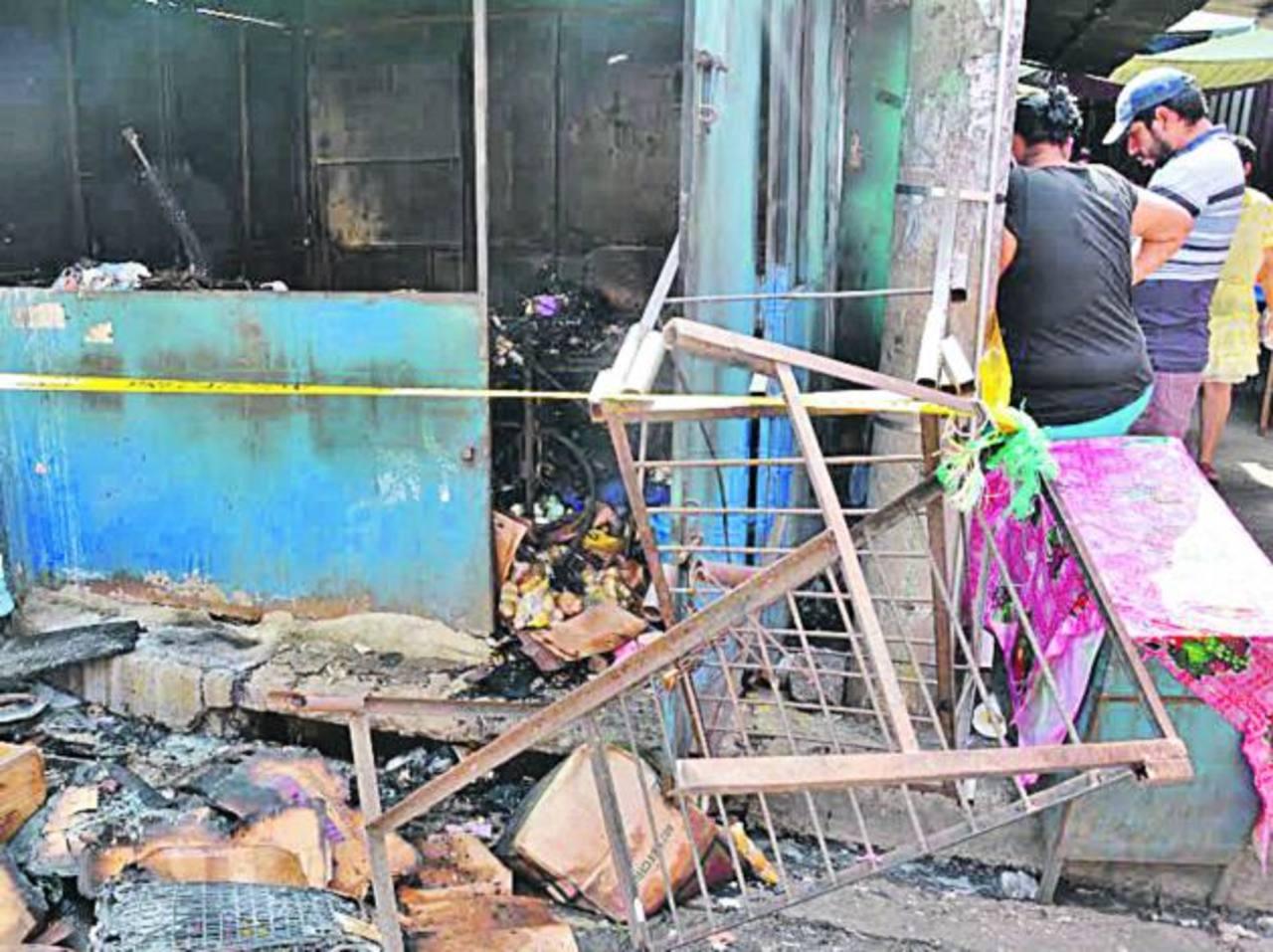 Algunas personas se acercaron a constatar los daños. Foto EDH/ Iris Lima