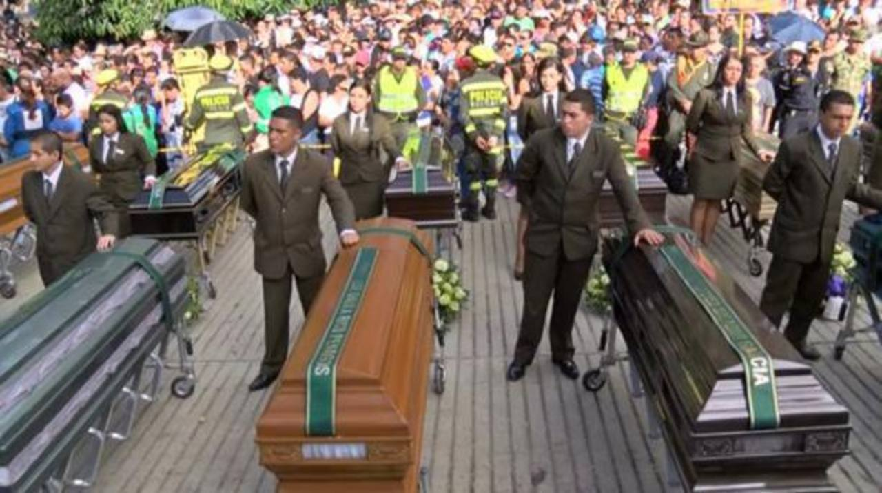 Entierran a 17 víctimas de avalancha en Colombia