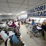 La sala de Emergencias del hospital Rosales permanece saturada debido a la falta de camas para hospitalización, los pacientes esperan varios días por un cupo. Foto EDH