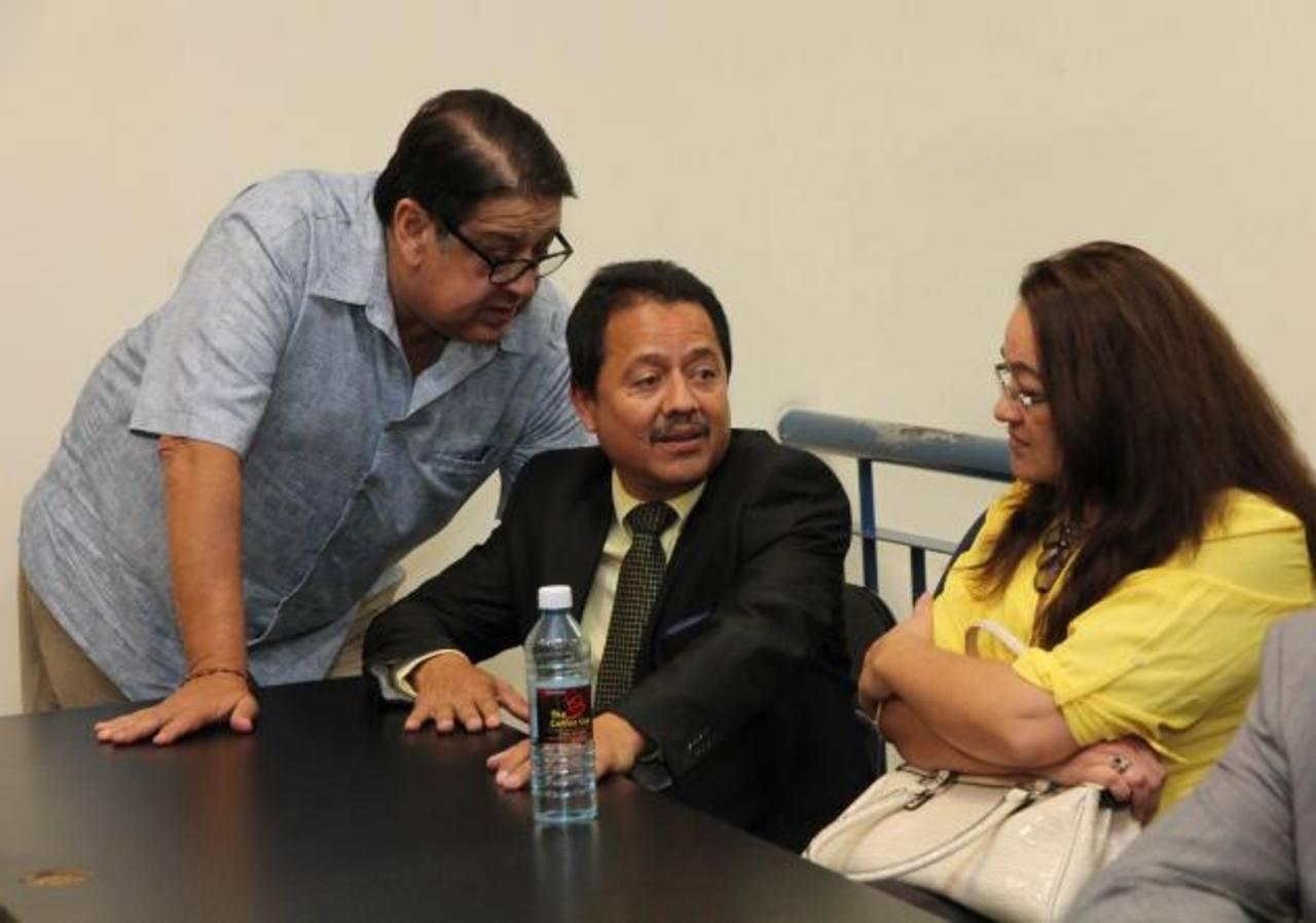 Lafitte Fernández Rojas y Ada Heydi Vargas de Menjívar conversan con su abogado, Eduardo Cardoza (centro), tras la sentencia que les ordena pagar $20, 136 cada uno. Foto EDH / Cortesía