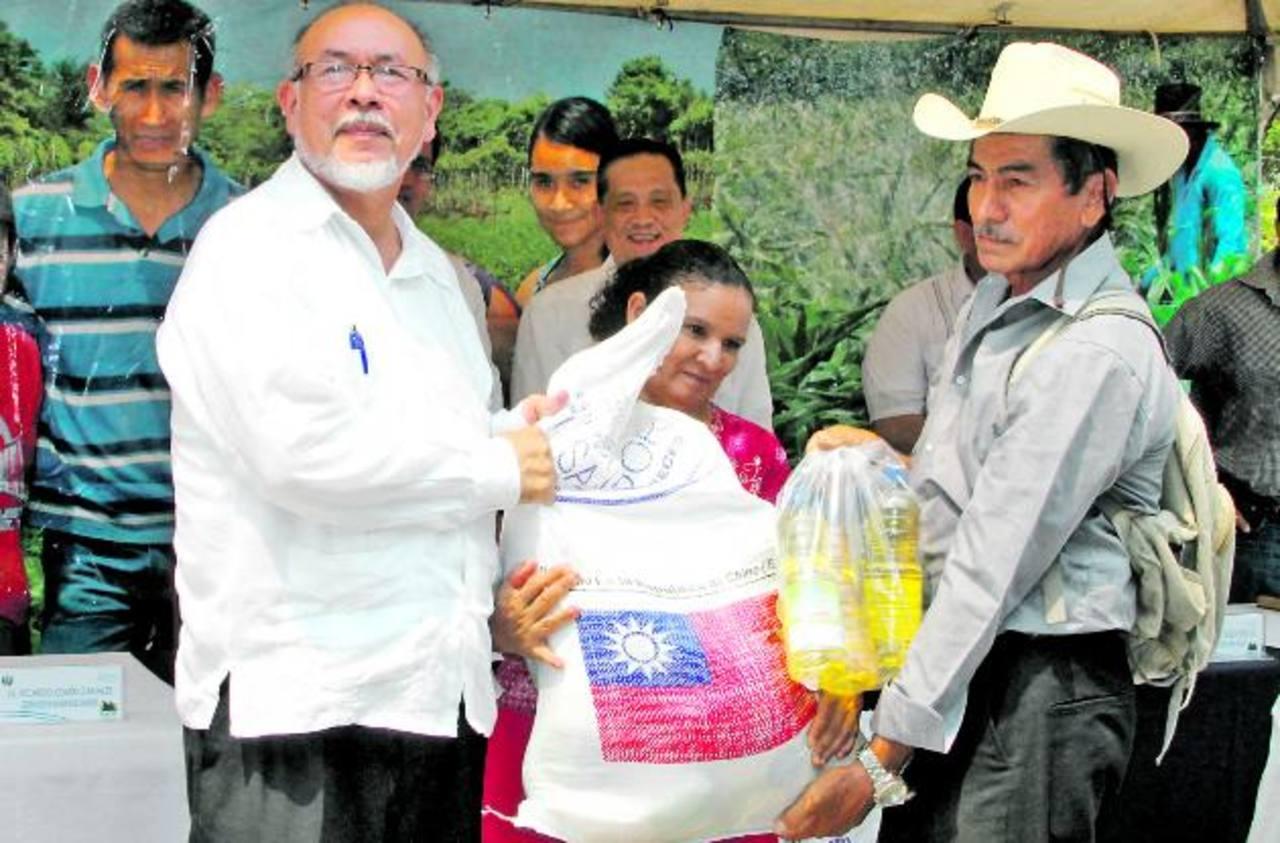 Durante la entrega de paquetes a los beneficiarios de la zona oriental. Foto EDH/ Cortesía