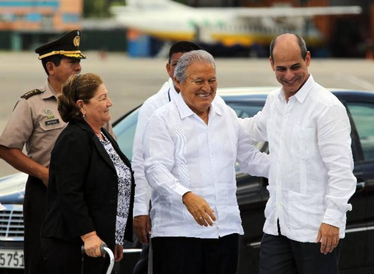 El presidente Salvador Sánchez Cerén y su esposa, Margarita Villalta, son recibidos por el vicecanciller cubano Rogelio Sierra.