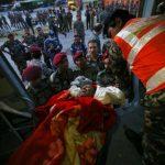 Soldados trasladan a un herido tras el terremoto magnitud 7.3 en la escala Richter en el aeropuerto de Katmandú, Nepal.