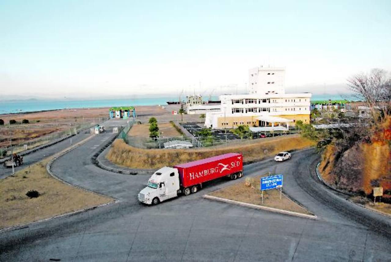 El puerto presenta daño en el patio de contenedores desde 2011, según el informe y conclusión de una inspección técnica realizada por la Fundación Instituto Salvadoreño del Cemento y Concreto. Fotos EDH / Insy Mendoza