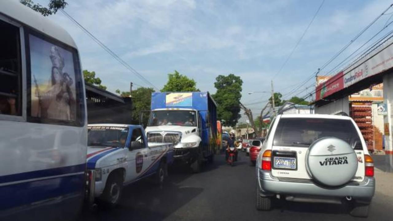 Choque de bus en bulevar del Ejercito colapsa el tráfico en Soyapango