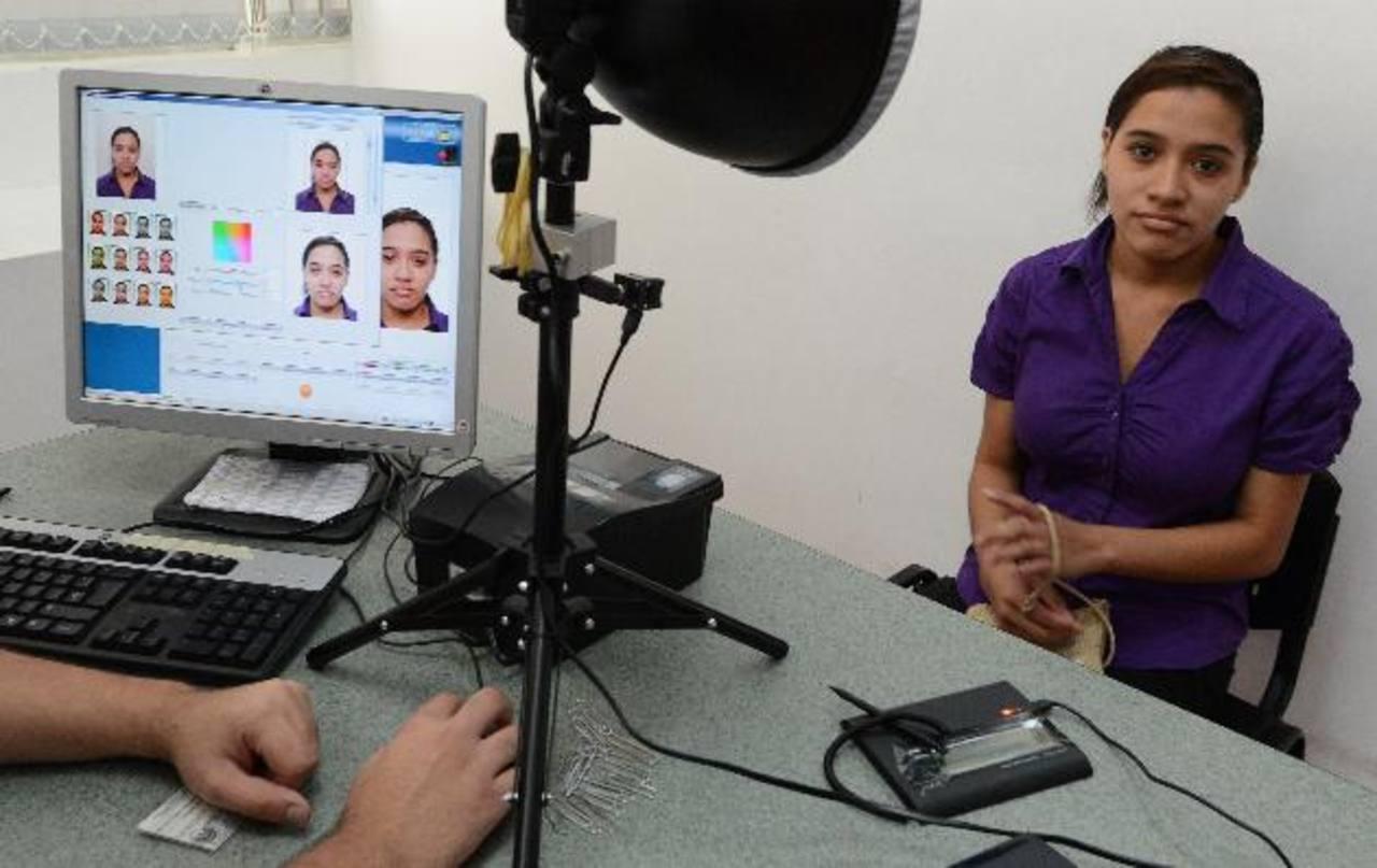 La elaboración y emisión del carné de identidad está a cargo de Mülbahuer desde 2011. Se le prorrogó el servicio por 60 meses. Foto EDH