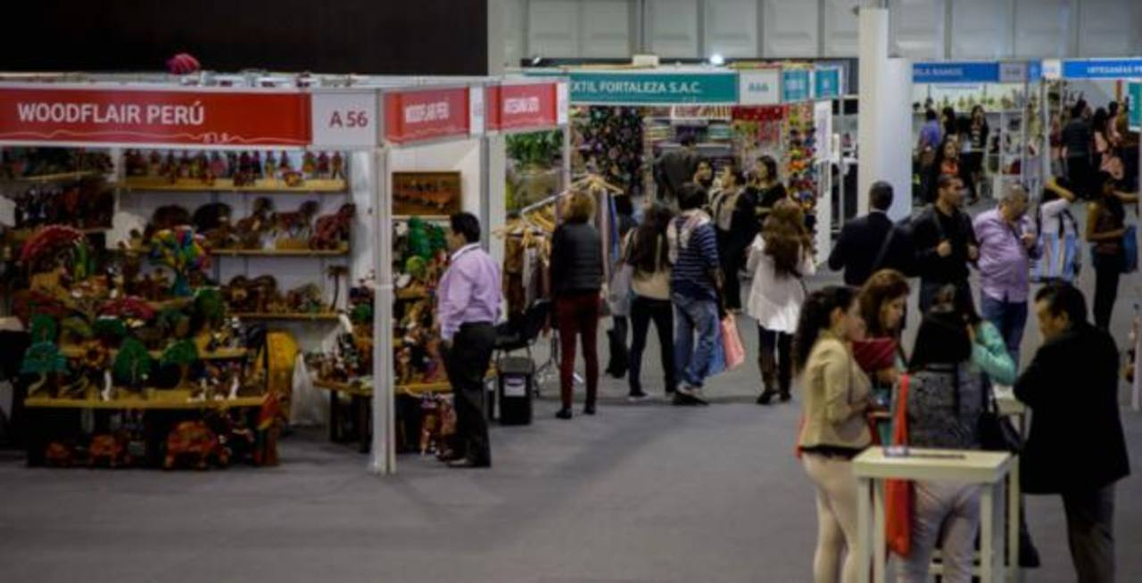 Unos 1,500 compradores de al menos 41 países visitan la feria. Varios empresarios peruanos logran importantes contratos comerciales en ella. Foto EDH/Archivo.