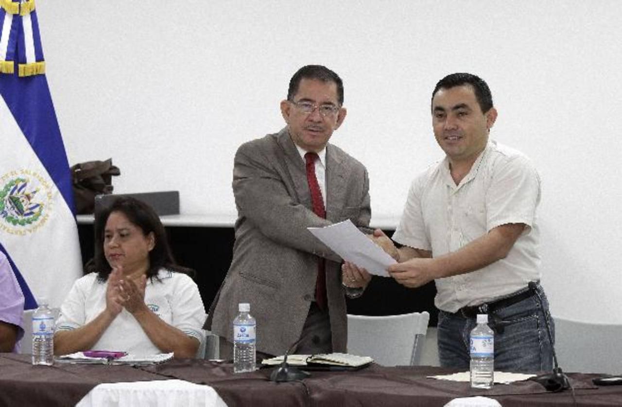 Chicas recibe por parte de Herrera la propuesta para que también se dé un diálogo entre los sectores que proponen ampliar el espectro de radio y televisión en el país. Foto EDH /capres