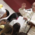 El Papa Francisco ayer durante una audiencia con 7,000 niños, a quienes les habló de paz e integración, en el aula Pablo VI en Ciudad del Vaticano. foto edh / EFE