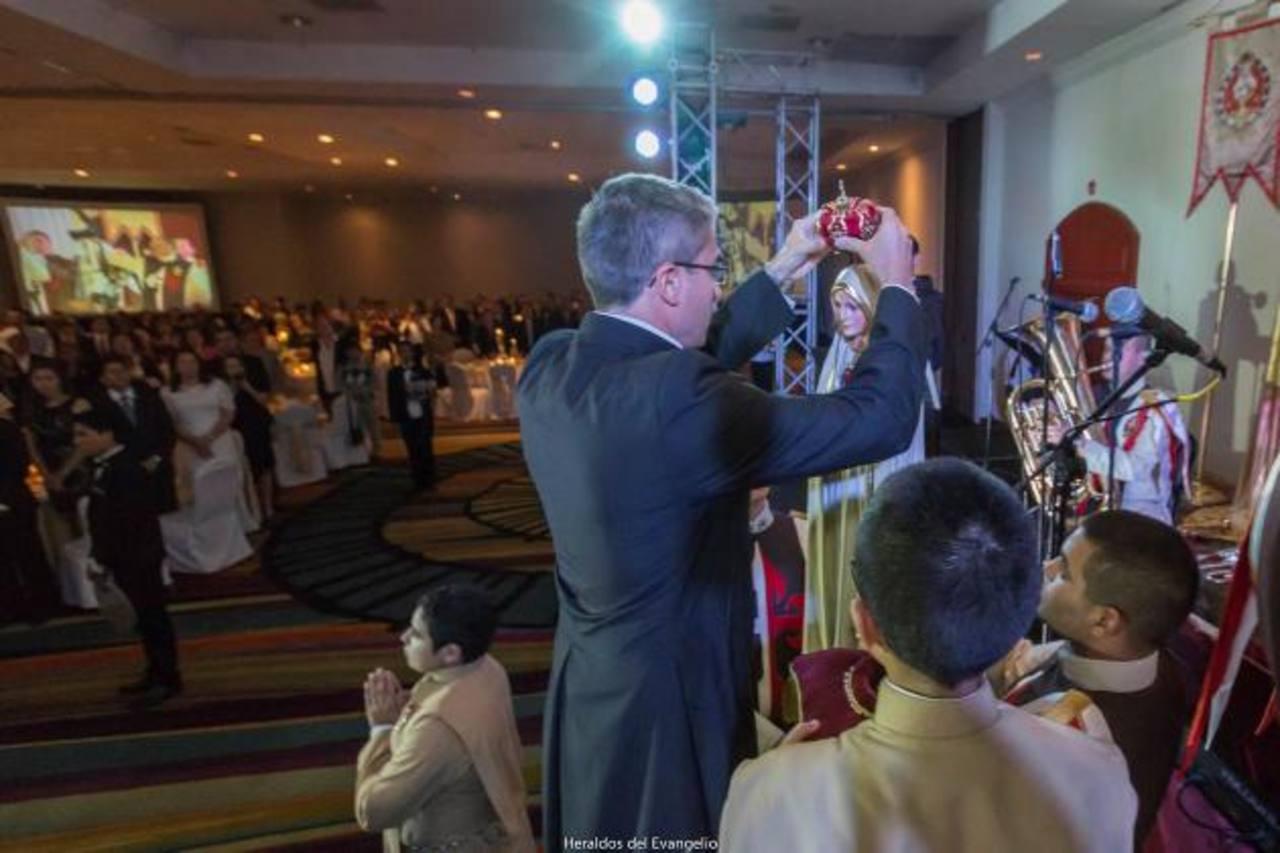 La coronación de la Virgen Peregrina fue uno de los momentos más conmovedores de la noche. foto edh / cortesía