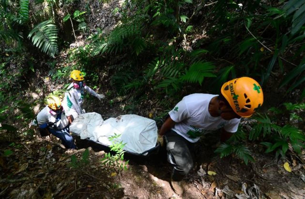 El lugar donde fue descubierta la tumba ilegal es de difícil acceso. Foto EDH / Miguel Villalta