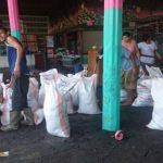 Pobladores y comerciantes se preparaban esta mañana para enfrentar nuevamente el fuerte oleaje que afecta la costa salvadoreña.
