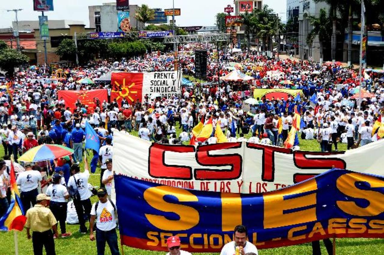 Manifestantes afines al gobierno, que recorrieron el bulevar de Los Héroes, mancharon las paredes y aparadores de varios establecimientos. Foto edh / M. HernándezEn la plaza Salvador del Mundo se reunieron los sindicatos oficialistas.