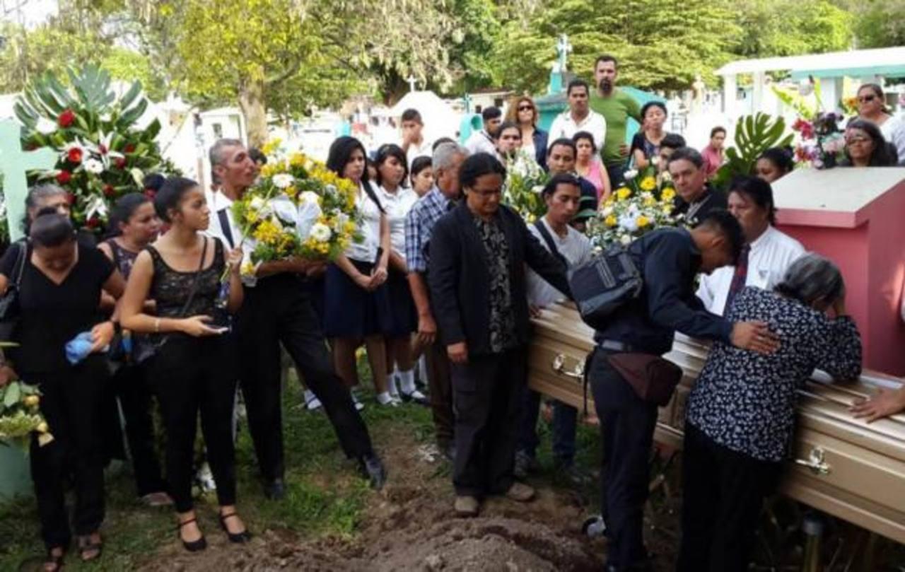 Dan último adiós a director de teatro salvadoreño. /