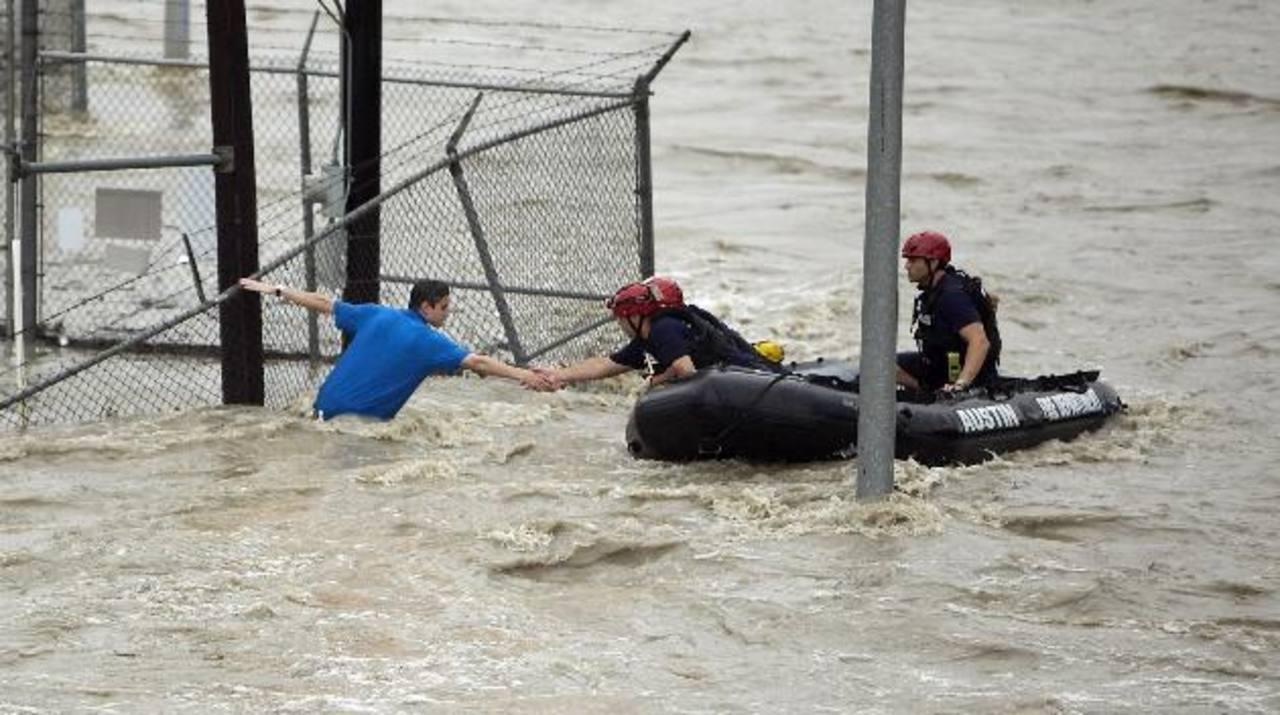 Socorristas tratan de rescatar a un joven en bulevar Lamar, en Austin, Texas.